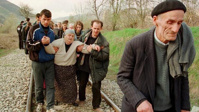 Албанські біженці у Косово рятуются з району бойових дій