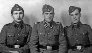 Военнослужащие одного из полицейских полков со своим немецким командиром (у украинских добровольцев отсутствуют руны «СС» и нарукавный орел СС)