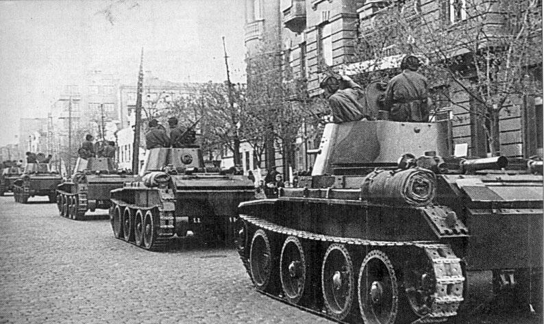 Танки БТ-7 советской 24-й легкотаноковой бригады входят в город Львов (22 сентября 1939 г.)