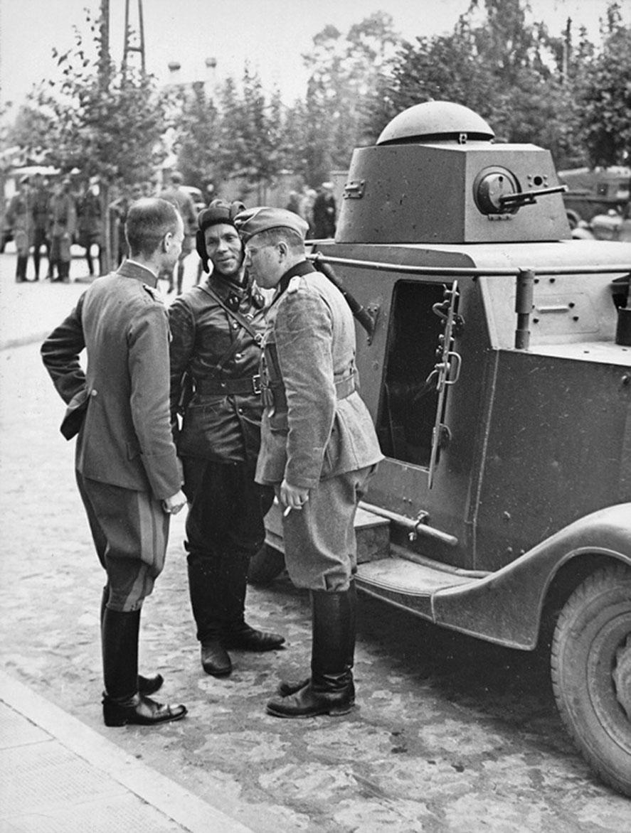 Батальонный комиссар 29-й танковой бригады РККА В.Боровицкий с немецкими офицерами у бронеавтомобиля БА-20  (Брест-Литовск)