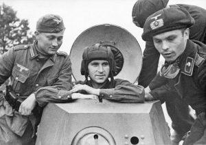 Солдаты вермахта с красноармейцем на советском бронеавтомобиле БА-20 из 29-й отдельной танковой бригады (Брест-Литовск)