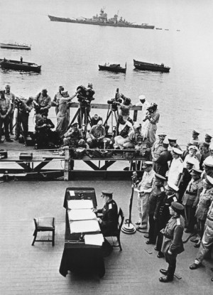 Генерал Кузьма Деревянко подписывает Акт о капитуляции Японии