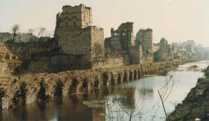 """Участок """"Стены Феодосия"""" до реконструкции (после реконструкции 1980-х гг. ров был засыпан)"""