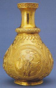 Золотой кувшин из клада, найденного в 1799 г. близ Наги-Сент-Миклош (ныне Санниколау-Маре в Румынии). Экспонируется в Музее истории искусств (Вена, Австрия). Атрибуция клада является предметом дискуссий, но наибольшее количество сторонников имеет гипотеза, что его владельцем был представитель аварской знати.
