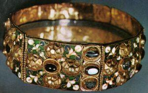 Железная корона королей лангобардов. По преданию железный обруч, являющийся основой короны, откован из гвоздя распятия. Хранится в Музее-сокровищнице кафедрального собора г. Монца (Северная Италия, неподалеку от Милана).