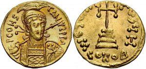 Солид Константина ІV, чеканенный в 681–685 гг. Сложно установить, когда именно на протяжении 670-х гг. император отрезал своим амбициозным братьям носы (физическое уродство, пусть и рукотворное, лишало возможности претендовать на престол), но с монет изображения Тиберия и Ираклия исчезают именно в эмиссиях 680-х гг.