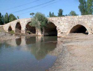 """""""Римский мост"""". Сооружение, основные конструкции которого возведены в первые века нашей эры, является не только одной из туристических достопримечательностей Сулусарая, но и по сей день используется по прямому назначению."""