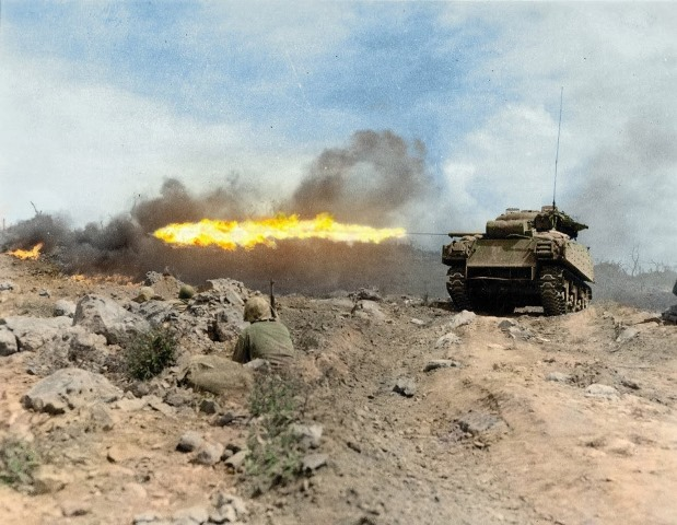 Вогнеметний танк КМП США під час штурму японських укріплень на Іодзімі, лютий-березень 1945 р.