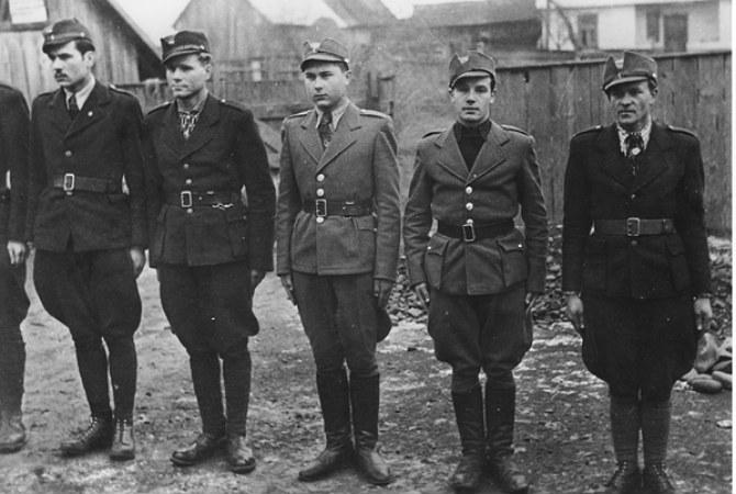 08 Члени Карпатської Січі в строю. Другий зліва Олександр Блестів («Гайдамака»). Лютий-перша половина березня 1939 р. Хуст