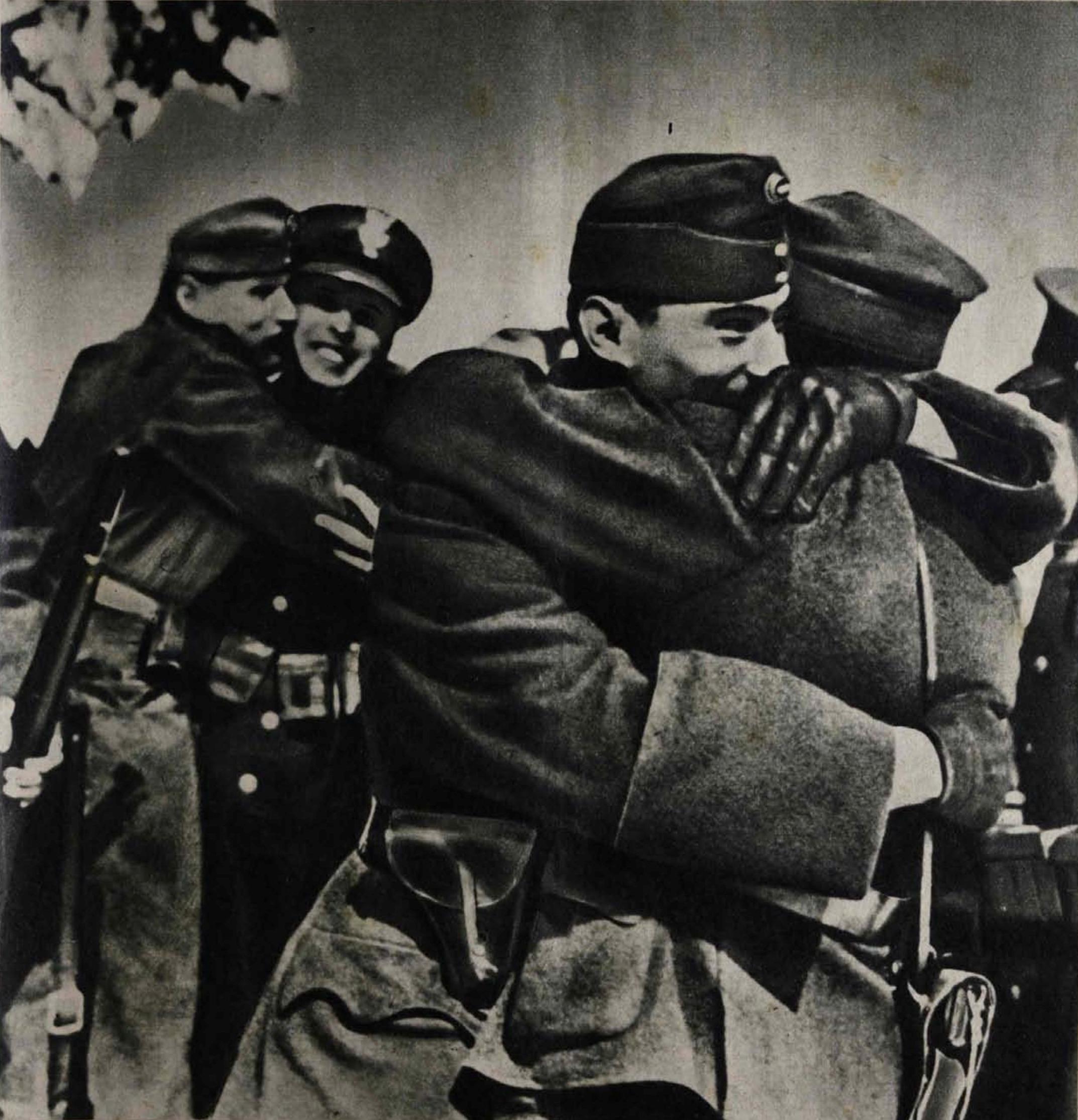 11 Польські та угорські солдати вітають один одного з перемогою – окупацією Карпатської України