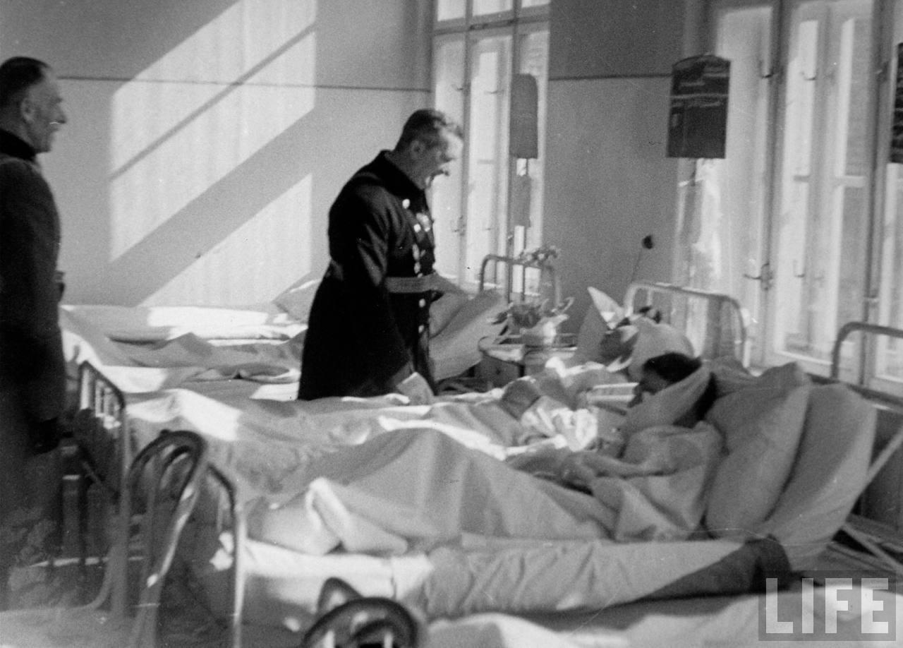 13 Регент Угорського королівства адмірал М. Горті відвідує у шпиталі вояків, поранених у боях з захисниками Карпатської України