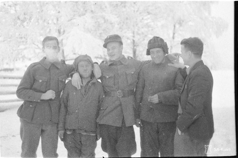 Sotavankeja jaloitteluretkellä (pitempi vanki ukrainal. Hv-mies, lyhempi aunukselainen?)